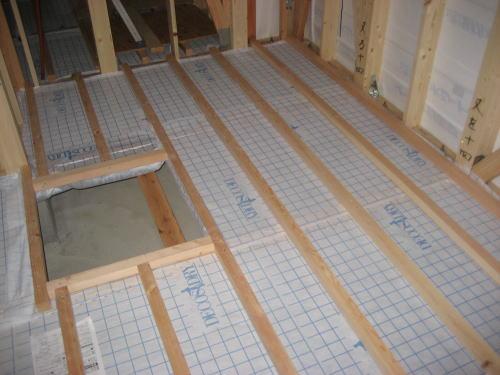 床下断熱材吹き込み用下地シート貼り後根太取り付け