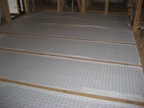 床下断熱材吹き込み用下地シート貼り取り付け(リビング)