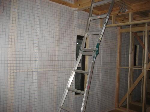 2F壁断熱材吹込み部分シート貼り