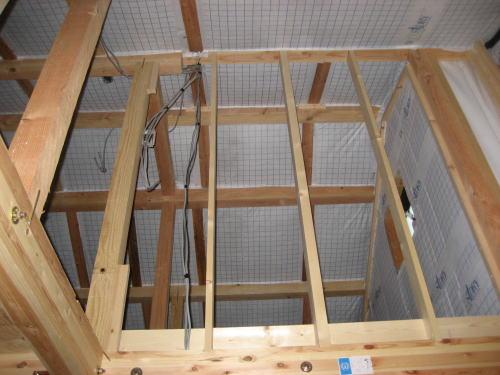 屋根断熱材押さえ板打ちつけ