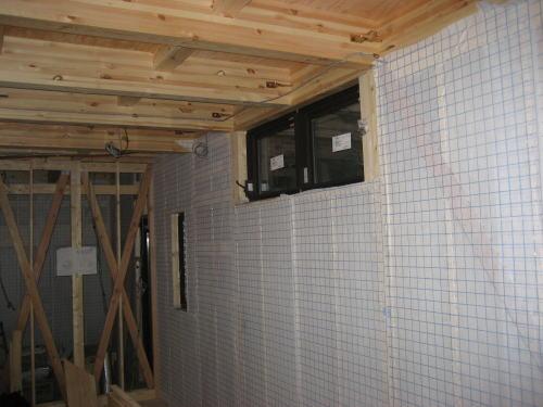 1F壁断熱材吹込み部分シート貼り
