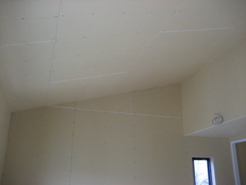 2F子供室勾配天井ボード貼り工事