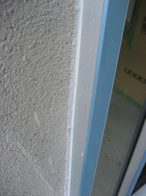 外壁モルタル塗り(下塗り)後サッシ廻りコーキング工事