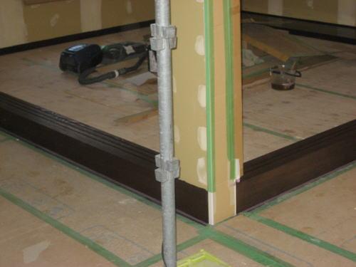 1F和室段上がり敷居塗装(下塗り)